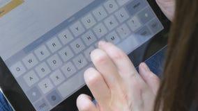 Θηλυκή δακτυλογράφηση δάχτυλων στο εικονικό πληκτρολόγιο PC ταμπλετών Τα δάχτυλα κοριτσιών σχετικά με τα εικονικά κλειδιά διαμορφ απόθεμα βίντεο