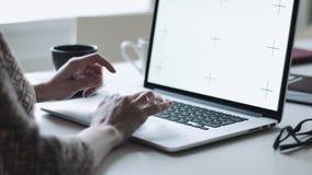 Θηλυκή δακτυλογράφηση στο lap-top στον εργασιακό χώρο φιλμ μικρού μήκους