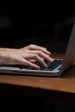 θηλυκή δακτυλογράφηση lap-top χεριών Στοκ Εικόνα