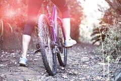 Θηλυκή ανακύκλωση ποδηλατών στην επαρχία Στοκ εικόνες με δικαίωμα ελεύθερης χρήσης