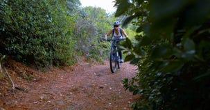 Θηλυκή ανακύκλωση ποδηλατών στη διαδρομή ρύπου φιλμ μικρού μήκους