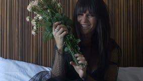 Θηλυκή ανθοδέσμη εκμετάλλευσης Brunette των τριαντάφυλλων φιλμ μικρού μήκους