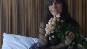 Θηλυκή ανθοδέσμη εκμετάλλευσης Brunette των τριαντάφυλλων απόθεμα βίντεο