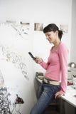 Θηλυκή αποστολή κειμενικών μηνυμάτων καλλιτεχνών στο τηλέφωνο κυττάρων Στοκ φωτογραφίες με δικαίωμα ελεύθερης χρήσης