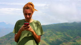 Θηλυκή αποστολή κειμενικών μηνυμάτων τουριστών πάνω από το βουνό απόθεμα βίντεο