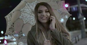 Θηλυκή γυναίκα που περπατά με την ομπρέλα απόθεμα βίντεο