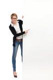 Θηλυκή γυναίκα φοιτητών πανεπιστημίου με το μεγάλο έμβλημα Στοκ εικόνα με δικαίωμα ελεύθερης χρήσης