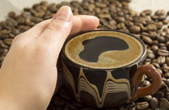 θηλυκή εκμετάλλευση χεριών φλυτζανιών καφέ Στοκ φωτογραφίες με δικαίωμα ελεύθερης χρήσης