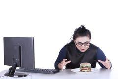 Θηλυκή επιχειρηματίας που φαίνεται χάμπουργκερ Στοκ εικόνα με δικαίωμα ελεύθερης χρήσης