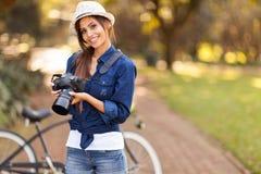 Θηλυκή κάμερα φωτογράφων Στοκ φωτογραφία με δικαίωμα ελεύθερης χρήσης