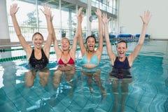 Θηλυκή κατηγορία ικανότητας που κάνει τη αερόμπικ aqua και ενθαρρυντικός Στοκ εικόνες με δικαίωμα ελεύθερης χρήσης