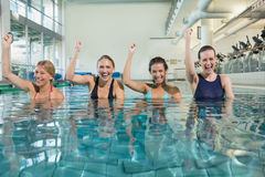 Θηλυκή κατηγορία ικανότητας που κάνει τη αερόμπικ aqua και ενθαρρυντικός Στοκ Εικόνες
