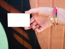 Θηλυκή κενή άσπρη επαγγελματική κάρτα εκμετάλλευσης χεριών στοκ φωτογραφίες με δικαίωμα ελεύθερης χρήσης