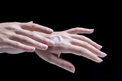 Θηλυκή κρέμα χεριών Στοκ Φωτογραφία