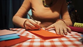 Θηλυκή μορφή καρδιών σχεδίων για την παραγωγή της κάρτας βαλεντίνων απόθεμα βίντεο