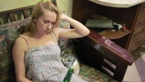 Θηλυκή οινοπνευματώδης εξάρτηση, γυναίκα με ένα μπουκάλι στα χέρια απόθεμα βίντεο