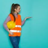 Θηλυκή παρουσίαση εργατών οικοδομών Στοκ Εικόνες