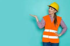 Θηλυκή παρουσίαση εργατών οικοδομών Στοκ φωτογραφία με δικαίωμα ελεύθερης χρήσης