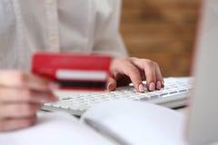 Θηλυκή πιστωτική κάρτα λαβής χεριών Στοκ εικόνα με δικαίωμα ελεύθερης χρήσης