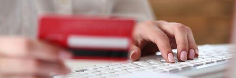 Θηλυκή πιστωτική κάρτα λαβής χεριών Στοκ Φωτογραφία