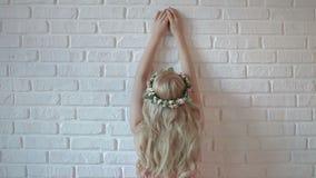 Θηλυκή πρότυπη τοποθέτηση βλαστών φωτογραφιών μόδας, όμορφο θηλυκό πρότυπο φιλμ μικρού μήκους