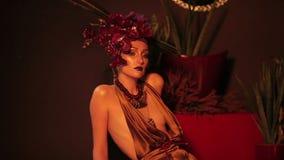 Θηλυκή πρότυπη τοποθέτηση βλαστών φωτογραφιών μόδας απόθεμα βίντεο