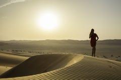 Θηλυκή σκιαγραφία στην έρημο Στοκ Φωτογραφία