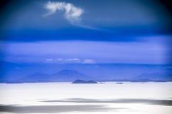 θηλυκή τοποθέτηση στρώματος λιμνών της Βολιβίας de distance 01 06 2000 απομονωμένη από πέρα από salar το αλμυρό λεπτό ύδωρ περπατ Στοκ φωτογραφία με δικαίωμα ελεύθερης χρήσης