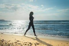 θηλυκή τρέχοντας σκιαγραφία Στοκ φωτογραφία με δικαίωμα ελεύθερης χρήσης