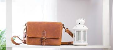 Θηλυκή τσάντα μόδας στο ράφι Στοκ Εικόνες