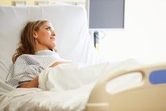 Θηλυκή υπομονετική στήριξη στο νοσοκομειακό κρεβάτι στοκ εικόνα με δικαίωμα ελεύθερης χρήσης
