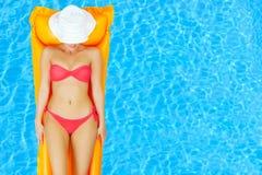 Θηλυκή χαλάρωση ομορφιάς στην πισίνα Στοκ Φωτογραφία