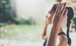 θηλυκή όψη χεριών κινηματο&g Πανέμορφη νέα γιόγκα άσκησης γυναικών εσωτερική Όμορφο κορίτσι που χαμογελά κατά τη διάρκεια της κατ Στοκ εικόνες με δικαίωμα ελεύθερης χρήσης