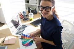 Θηλυκοί ανώτεροι υπάλληλοι που κρατούν swatch σκιάς χρώματος στο γραφείο της Στοκ Φωτογραφίες