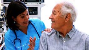 Θηλυκοί γιατρός και ασθενής που αλληλεπιδρούν ο ένας με τον άλλον απόθεμα βίντεο