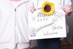 Θηλυκοί ευπρόσδεκτοι πρόσφυγες αρωγών με το σημάδι Στοκ Εικόνα