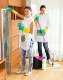 Θηλυκοί καθαριστές που καθαρίζουν το δωμάτιο Στοκ φωτογραφία με δικαίωμα ελεύθερης χρήσης