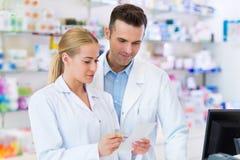 Θηλυκοί και αρσενικοί φαρμακοποιοί στοκ εικόνα