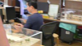 Θηλυκοί περίπατοι αρχιτεκτόνων μέσω του γραφείου που μιλά στους συναδέλφους φιλμ μικρού μήκους