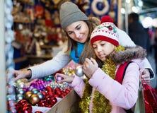 Θηλυκοί πελάτες που κοιτάζουν επίμονα στο μετρητή της αγοράς Χριστουγέννων Στοκ φωτογραφία με δικαίωμα ελεύθερης χρήσης