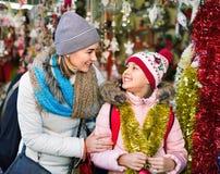 Θηλυκοί πελάτες που κοιτάζουν επίμονα στο μετρητή της αγοράς Χριστουγέννων Στοκ εικόνες με δικαίωμα ελεύθερης χρήσης