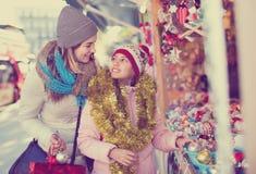 Θηλυκοί πελάτες που κοιτάζουν επίμονα στο μετρητή της αγοράς Χριστουγέννων Στοκ εικόνα με δικαίωμα ελεύθερης χρήσης
