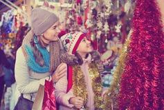 Θηλυκοί πελάτες που κοιτάζουν επίμονα στο μετρητή της αγοράς Χριστουγέννων Στοκ Φωτογραφίες