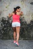 Θηλυκοί πόδι και μόσχος τεντώματος αθλητών Στοκ Εικόνα
