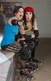 Θηλυκοί σκέιτερ ντέρπι κυλίνδρων Στοκ φωτογραφία με δικαίωμα ελεύθερης χρήσης