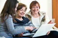 Θηλυκοί συνταξιούχοι και σχετικός Ιστός ξεφυλλίσματος στο lap-top Στοκ φωτογραφία με δικαίωμα ελεύθερης χρήσης