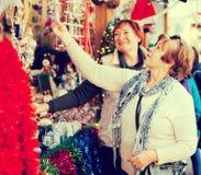 Θηλυκοί συνταξιούχοι που αγοράζουν τις διακοσμήσεις Χριστουγέννων Στοκ εικόνα με δικαίωμα ελεύθερης χρήσης