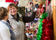 Θηλυκοί συνταξιούχοι που αγοράζουν τις διακοσμήσεις Χριστουγέννων Στοκ Εικόνα