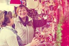 Θηλυκοί συνταξιούχοι που αγοράζουν τις διακοσμήσεις Χριστουγέννων Στοκ φωτογραφία με δικαίωμα ελεύθερης χρήσης