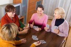 Θηλυκοί συνταξιούχοι που παίζουν τις κάρτες Στοκ φωτογραφία με δικαίωμα ελεύθερης χρήσης